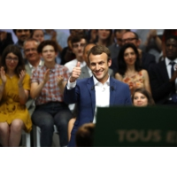 """Logo du podcast Emmanuel Macron : """"économiste, philosophe, musicien et écrivain"""", pour un sénateur socialiste"""