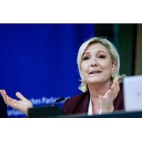 Logo of the podcast Marine Le Pen tend la main aux élus LR : la suite logique de sa conquête, explique Alain Duhamel