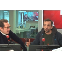 "Logo of the podcast ""Chant du loup"" : plongée angoissante avec Mathieu Kassovitz et Reda Kateb"