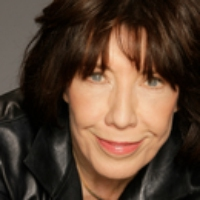 "Logo du podcast Lily Tomlin on ""Grandma"" & the Guy Who Slapped the Bass for ""Seinfeld"""