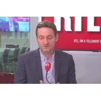 """Logo du podcast Emmanuel Macron : """"En Europe, son style et ses ambitions ne passent pas"""", affirme Olivier Bost"""