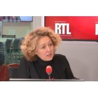 "Logo of the podcast ""Gilets jaunes"" : ""Ces manifestations devraient être interdites"", lance Alba Ventura"