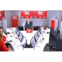Logo du podcast Les actualités de 12h30 - Emmanuel Macron veut réduire le nombre d'enfants par classe