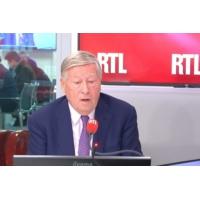 "Logo du podcast Débat européennes : ""Charivari et tohu-bohu"", regrette Alain Duhamel"