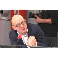"""Logo du podcast """"Nous passons autant de temps à regarder nos écrans qu'à travailler"""", révèle Lenglet"""