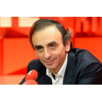 "Logo of the podcast Éric Zemmour : ""Theresa May et Angela Merkel incarnent deux conceptions de la démocratie"""