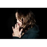 """Logo of the podcast Izia dans """"Clap Hands"""" présenté par Gaëtan Roussel"""