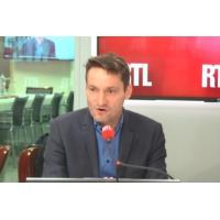 """Logo du podcast """"Le pouvoir veut se rabibocher avec les élus locaux et il en fait presque trop"""", selon Olivier Bost"""