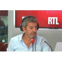 """Logo of the podcast Michel Cymes vous raconte l'histoire de la femme qui """"coulait"""" du cerveau"""