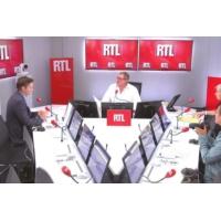 """Logo du podcast """"La droite ne sait toujours pas comment s'opposer à Emmanuel Macron"""", dit Olivier Bost"""