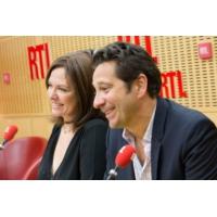 """Logo of the podcast Laurent Gerra imitant Stéphane Bern : """"Mon Dieu, une béance cosmique !"""""""