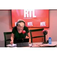Logo of the podcast Amélie Nothomb dans A La Bonne Heure !