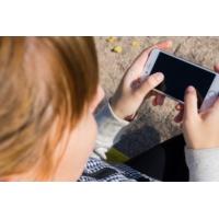 Logo of the podcast Des familles paient des coachs pour apprendre aux enfants à jouer sans smartphones