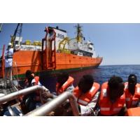 """Logo of the podcast Immigration : l'Aquarius, un bateau pour sauver """"ces hommes, ces femmes et ces enfants qui fuient l…"""
