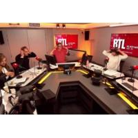 Logo of the podcast Emmanuel Macron alterne le chaud et le froid avec les séniors