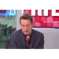 """Logo du podcast Marine le Pen, """"Plus forte qu'en 2017, mais aussi plus seule"""", selon Olivier Bost"""