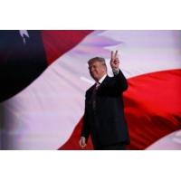 """Logo of the podcast Donald Trump, """"l'objet de beaucoup de défiance de la part des républicains normaux"""", selon un journ…"""
